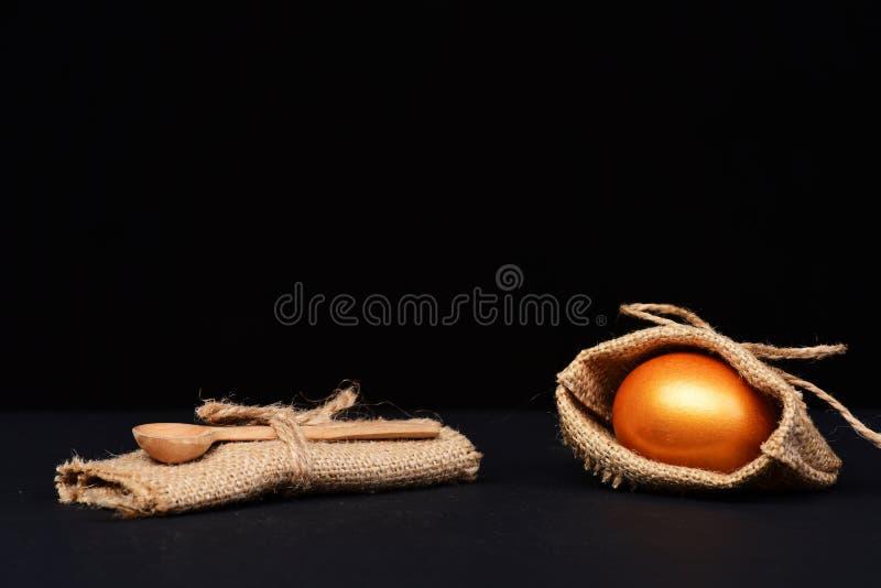 Παραδοσιακό αυγό που χρωματίζεται στο χρυσό χρώμα burlap τσαντών στοκ εικόνα με δικαίωμα ελεύθερης χρήσης