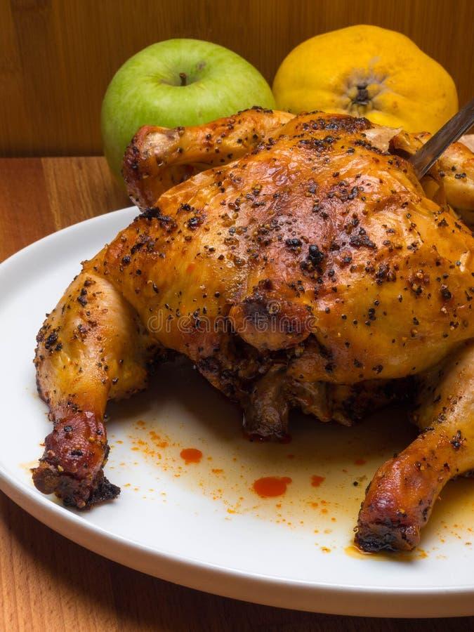 Παραδοσιακό ψημένο Χριστούγεννα κοτόπουλο με τα μήλα και την εορταστική έννοια γευμάτων κυδωνιών στοκ εικόνα με δικαίωμα ελεύθερης χρήσης