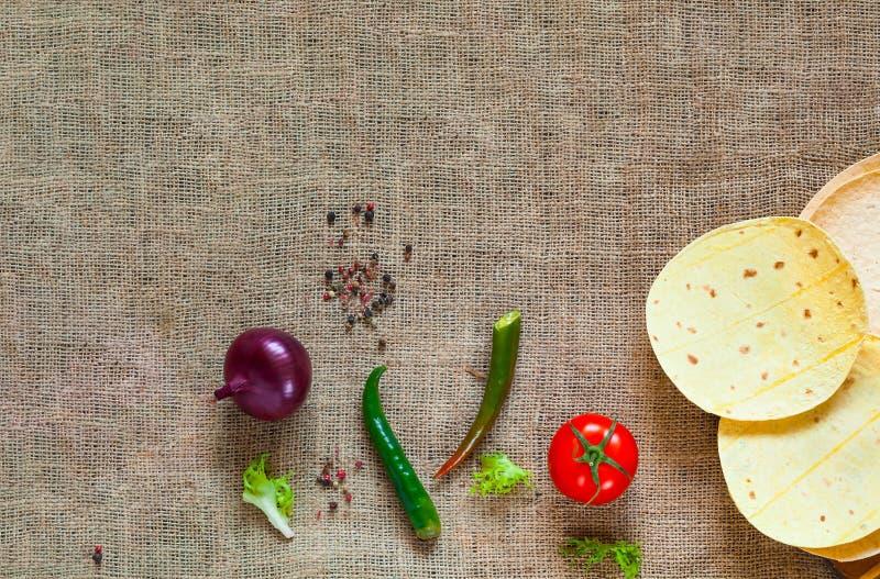 Παραδοσιακό πιάτο της μεξικάνικης κουζίνας Tortilla καλαμποκιού tacos και καρυκεύματα burlap στη σύσταση στοκ φωτογραφία