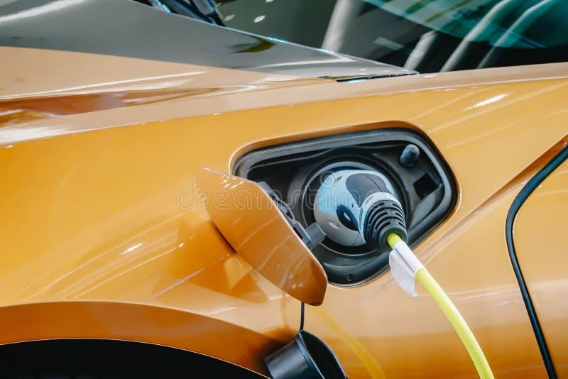 Παροχή ηλεκτρικού ρεύματος για την ηλεκτρική χρέωση αυτοκινήτων αυτοκίνητο που χρεώνει τον ηλεκτρικό σταθμό Κλείστε επάνω της παρ στοκ φωτογραφία με δικαίωμα ελεύθερης χρήσης