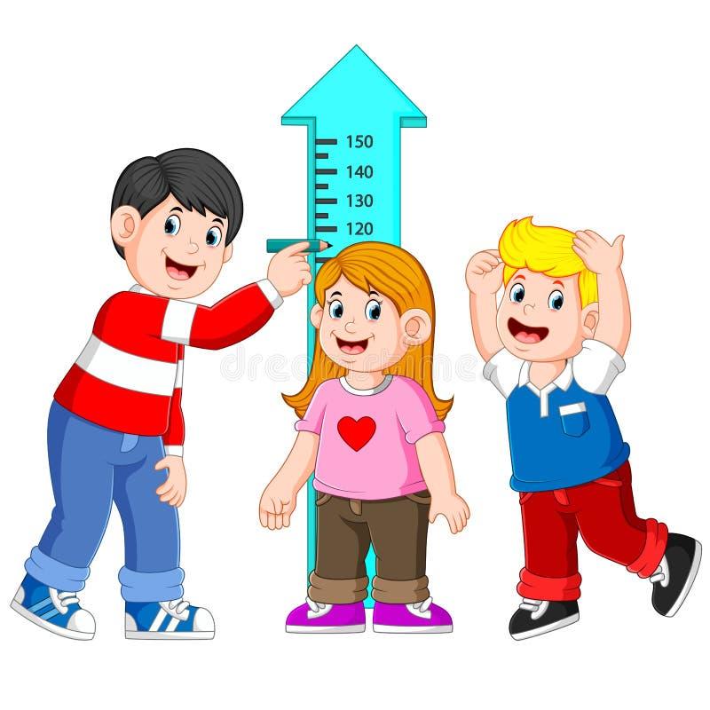 Πατέρας που μετρά το ύψος παιδιών του με τη μέτρηση ύψους διανυσματική απεικόνιση