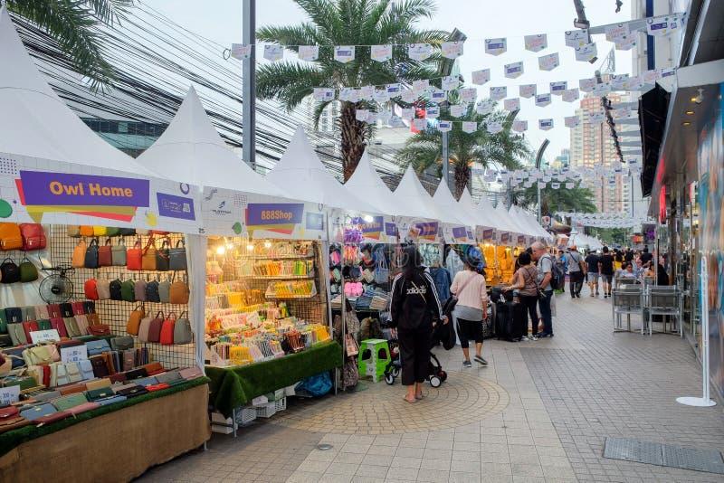 Πεζοδρόμιο στη λεωφόρο μόδας λευκόχρυσου στη Μπανγκόκ, Ταϊλάνδη στοκ εικόνα με δικαίωμα ελεύθερης χρήσης