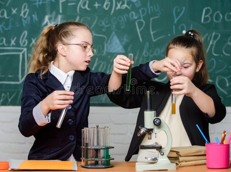πειράματα επιστήμης στο εργαστήριο Έρευνα χημείας Παιδιά που χρησιμοποιούν το μικροσκόπιο Μικρά κορίτσια στο σχολείο μικροσκόπιο στοκ φωτογραφίες