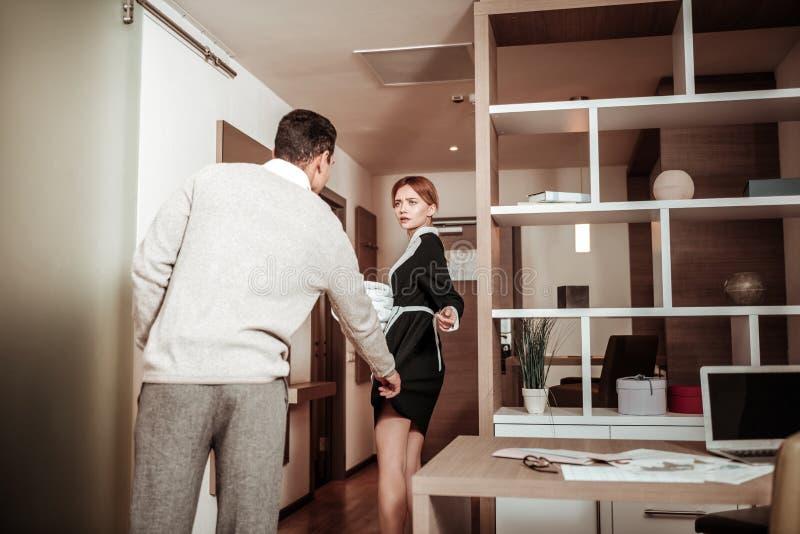 Πελάτης του ξενοδοχείου που τραβά ομοιόμορφος του κοριτσιού που έχει τη σεξουαλική επιθυμία στοκ φωτογραφίες