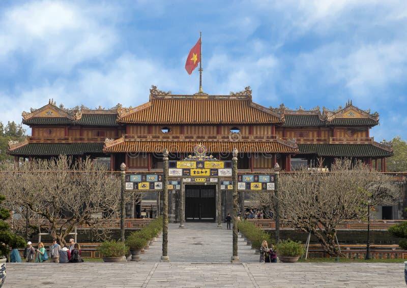 Περίκομψη πύλη στην είσοδο στην κεντρική γέφυρα πορειών που οδηγεί στο αυτοκρατορικό παλάτι, Citidel, χρώμα, Βιετνάμ στοκ εικόνα