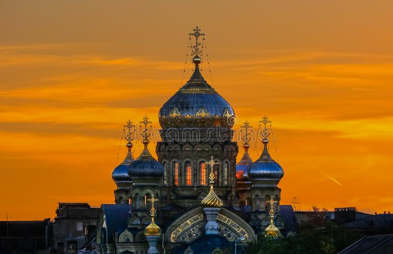 Περίκομψοι χρυσοί θόλοι και σταυροί της ρωσικής Ορθόδοξης Εκκλησίας της υπόθεσης της Mary σε Άγιο Πετρούπολη Ρωσία στο ηλιοβασίλε στοκ φωτογραφίες με δικαίωμα ελεύθερης χρήσης