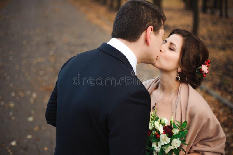 περίπατοι πάρκων ζευγών Ρομαντικός αγκαλιάστε των newlyweds στοκ φωτογραφία