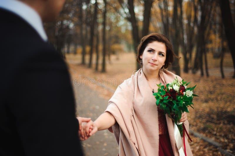 περίπατοι πάρκων ζευγών Ρομαντικός αγκαλιάστε των newlyweds στοκ φωτογραφίες με δικαίωμα ελεύθερης χρήσης