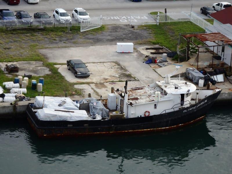 Περιγραμματικός εγκαταλείψτε το μέρος κάθεται κοντά στο λιμάνι στοκ φωτογραφία