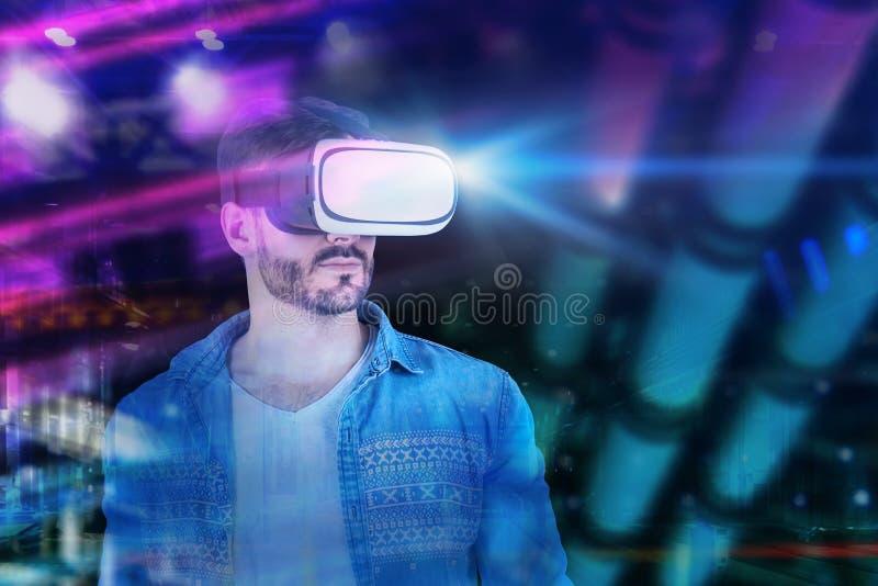 Περιστασιακό άτομο στα γυαλιά vr στην πόλη νύχτας στοκ φωτογραφία με δικαίωμα ελεύθερης χρήσης