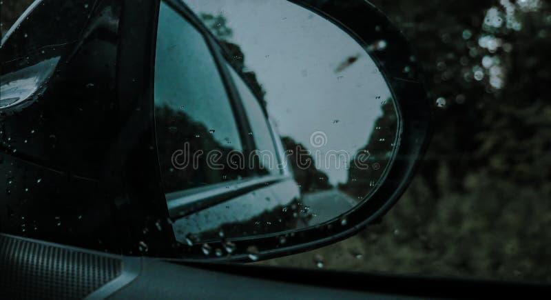 Περιττώματα της βροχής ενάντια στο παράθυρο από το αυτοκίνητο στοκ φωτογραφίες