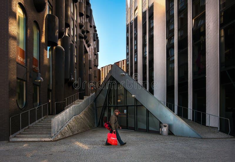 Περπάτημα μέσω των οδών του Ταλίν Σύγχρονη αρχιτεκτονική στην παλαιά πόλη Εσθονία στοκ φωτογραφία με δικαίωμα ελεύθερης χρήσης