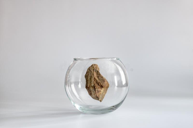 Πετρών γρανίτη σε ένα ενυδρείο γυαλιού Ελάχιστη έννοια στοκ εικόνες