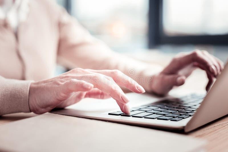 Πεπειραμένο αρχείο λογιστικής δακτυλογράφησης γυναικών σταδιοδρομίας στο lap-top της στοκ φωτογραφίες