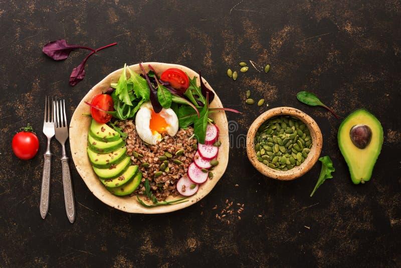Πιάτο κύπελλων του Βούδα με το κουάκερ φαγόπυρου, σαλάτα φρέσκων λαχανικών με το αβοκάντο, ραδίκι, chard φύλλα, arugula, ντομάτα  στοκ φωτογραφία με δικαίωμα ελεύθερης χρήσης