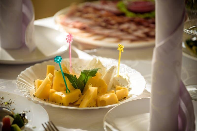 Πιάτο τυριών με τα τυριά Dorblu, παρμεζάνα, τη Brie, Camembert και Roquefort στην εξυπηρέτηση στον πίνακα από μια παλαιά κινηματο στοκ φωτογραφία με δικαίωμα ελεύθερης χρήσης