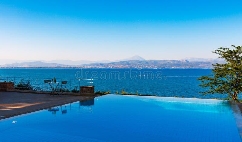 πισίνα με τις όμορφες απόψεις θάλασσας στοκ εικόνες