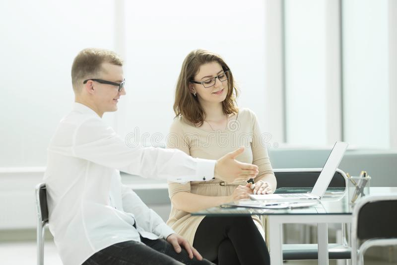 Πλάγια όψη οι επιχειρησιακοί συνάδελφοι συζητούν τις σε απευθείας σύνδεση πληροφορίες στοκ φωτογραφίες