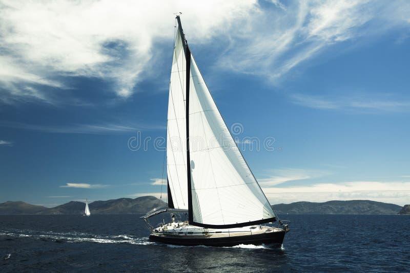 Πλέοντας βάρκα γιοτ στη θάλασσα Σειρές των γιοτ πολυτέλειας στην αποβάθρα μαρινών στοκ εικόνα