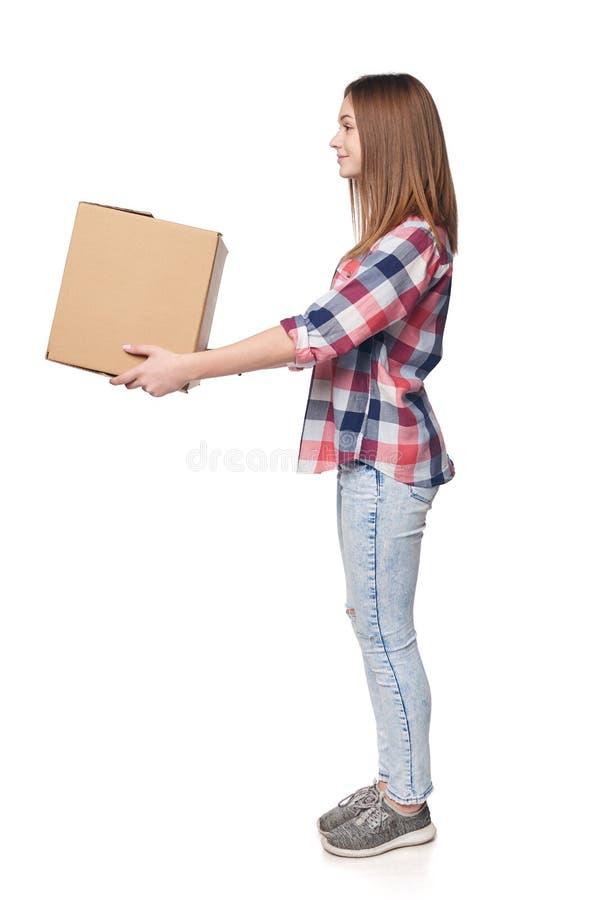 Πλήρες μήκος που χαμογελά τη νέα γυναίκα που δίνει το κουτί από χαρτόνι στοκ φωτογραφία με δικαίωμα ελεύθερης χρήσης