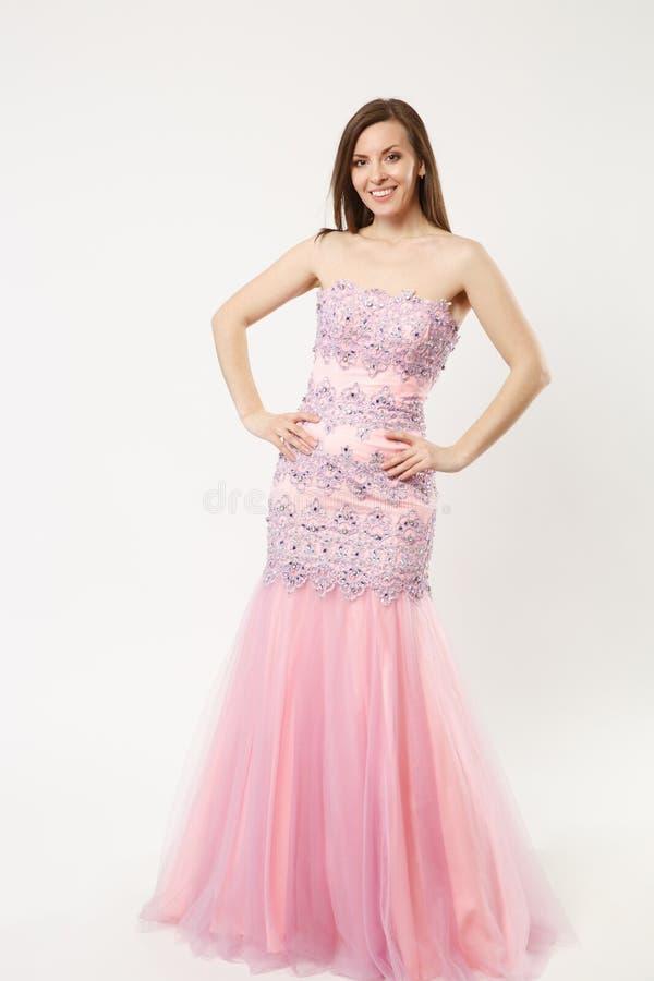 Πλήρης φωτογραφία μήκους της πρότυπης γυναίκας μόδας που φορά την κομψή τοποθέτηση εσθήτων φορεμάτων βραδιού που απομονώνεται στο στοκ φωτογραφία με δικαίωμα ελεύθερης χρήσης