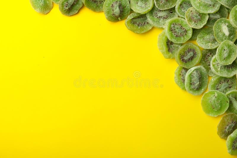 Πλαίσιο φιαγμένο από ακτινίδιο στο υπόβαθρο χρώματος, τοπ άποψη Ξηρός - φρούτα ως υγιή τρόφιμα στοκ εικόνες με δικαίωμα ελεύθερης χρήσης