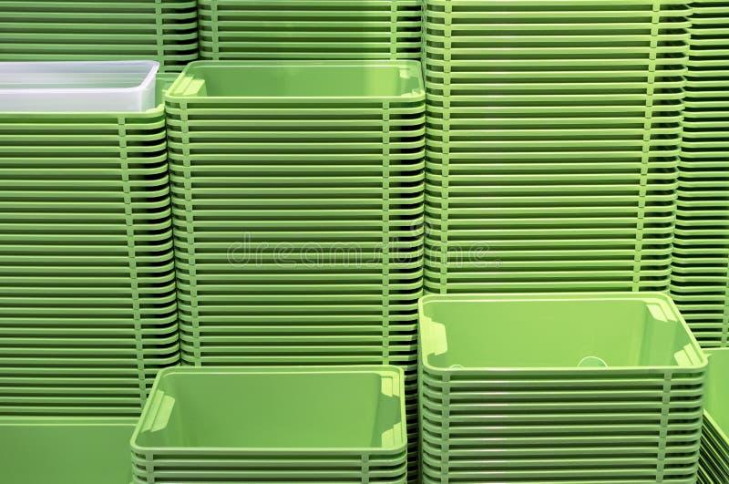 Πλαστικά πράσινα εμπορευματοκιβώτια που συσσωρεύονται σε διάφορες σειρές στοκ φωτογραφία με δικαίωμα ελεύθερης χρήσης