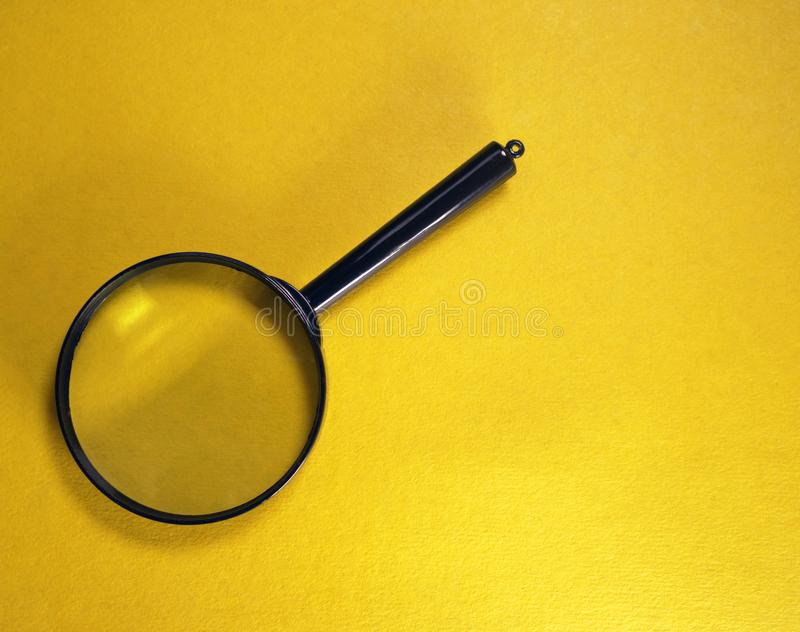 Πλαστική ενίσχυση - γυαλί σε ένα κίτρινο υπόβαθρο, κινηματογράφηση σε πρώτο πλάνο στοκ φωτογραφίες