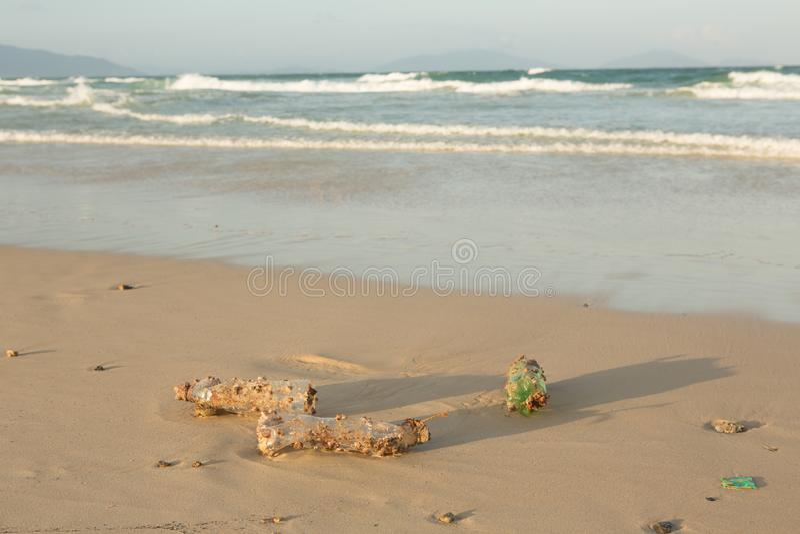 Πλαστική clog προϊόντων φύση όλο και περισσότερο Το πλαστικό μπουκάλι κάλυψε στις λαβίδες θάλασσας και σφουγγίζει τα foulers και  στοκ εικόνα