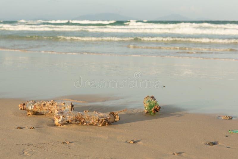 Πλαστική clog προϊόντων φύση όλο και περισσότερο Το πλαστικό μπουκάλι κάλυψε στις λαβίδες θάλασσας και σφουγγίζει τα foulers και  στοκ φωτογραφία με δικαίωμα ελεύθερης χρήσης