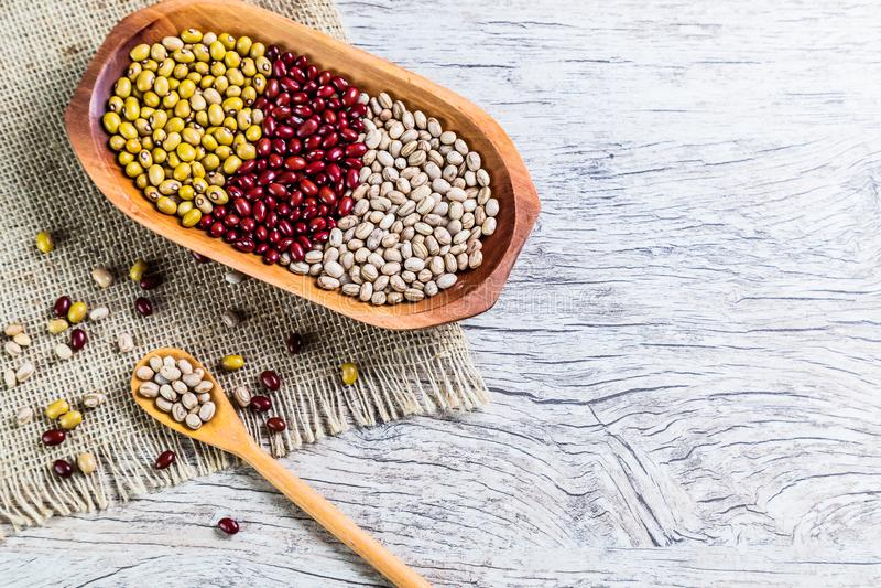 Ποικιλία των φασολιών στο ξύλινο κουτάλι στο ξύλινο υπόβαθρο mung φασόλια, φυστίκια, κόκκινα φασόλια και καφετιά φασόλια στοκ εικόνα με δικαίωμα ελεύθερης χρήσης