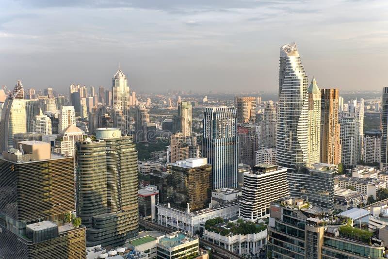 ΠΟΛΗ της ΜΠΑΝΓΚΟΚ, ΤΑΪΛΑΝΔΗ - αστικό κτίριο γραφείων στην αυγή, υψηλός σύγχρονος τρόπος ζωής κτηρίου στοκ εικόνες με δικαίωμα ελεύθερης χρήσης