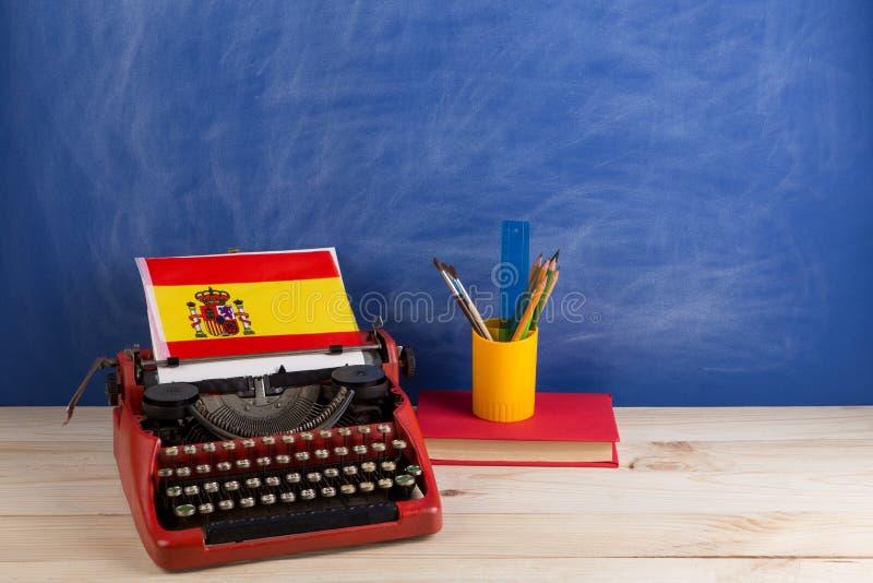 Πολιτικός, ειδήσεις και έννοια εκπαίδευσης - κόκκινη γραφομηχανή, σημαία της Ισπανίας, βιβλίο και χαρτικά στον πίνακα στοκ φωτογραφία με δικαίωμα ελεύθερης χρήσης