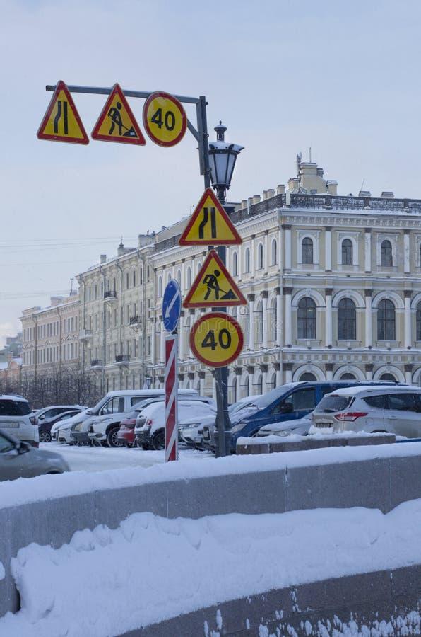 Πολλά οδικά σημάδια στην πόλη στοκ φωτογραφία