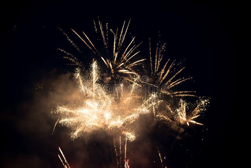 Πολλαπλάσια φωτεινή ζωηρόχρωμη έκρηξη πυροτεχνημάτων στον ουρανό στοκ εικόνες με δικαίωμα ελεύθερης χρήσης