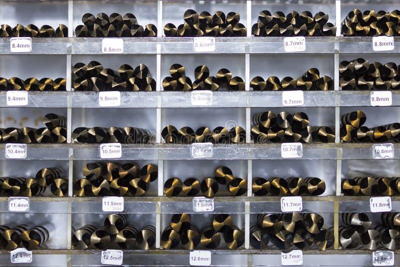 Πολλοί μέγεθος των κομματιών τρυπανιών στο ράφι στοκ φωτογραφία με δικαίωμα ελεύθερης χρήσης