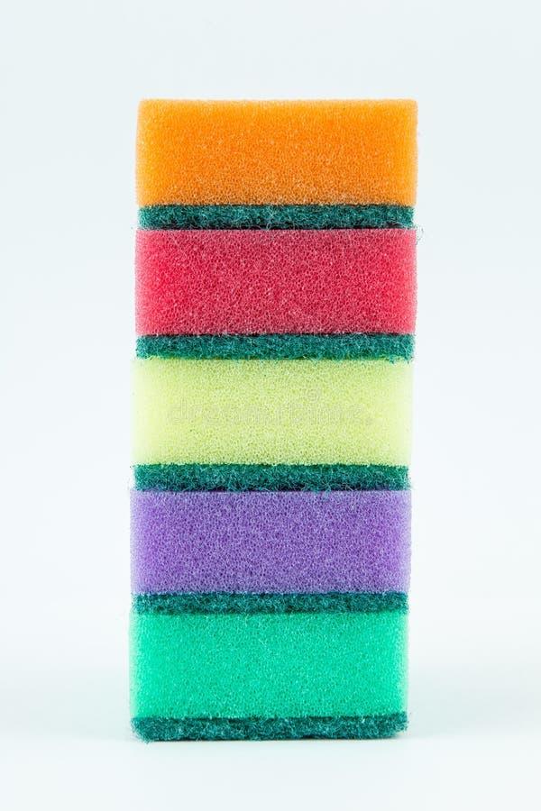 Πολύχρωμα σφουγγάρια για τα πιάτα πλύσης απομονωμένο στο λευκό υπόβαθρο στοκ φωτογραφία με δικαίωμα ελεύθερης χρήσης