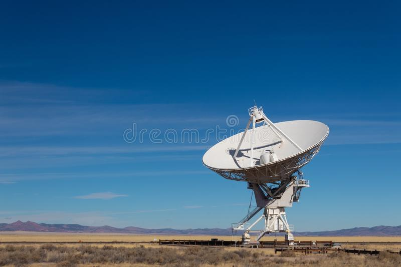 Πολύ μεγάλη απόμακρη άποψη σειράς της ραδιο κεραίας ενάντια σε έναν μπλε ουρανό, χρυσούς τομείς και πορφυρά βουνά στοκ φωτογραφία με δικαίωμα ελεύθερης χρήσης