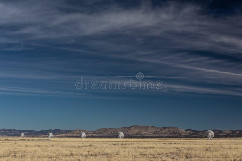 Πολύ μεγάλη γραμμή σειράς ραδιο τηλεσκοπίων παρατηρητήριων αστρονομίας στην έρημο Νέων Μεξικό, διάστημα αντιγράφων στο μπλε ουραν στοκ φωτογραφία με δικαίωμα ελεύθερης χρήσης