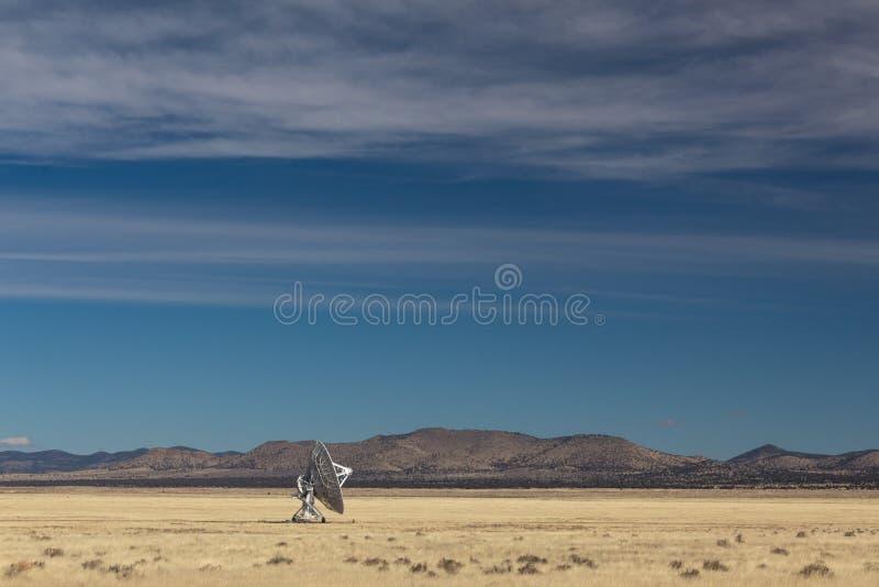 Πολύ μεγάλο πιάτο αστρονομίας σειράς απομονωμένο ραδιο μόνο στην έρημο, διάστημα τεχνολογίας επιστήμης στοκ εικόνα