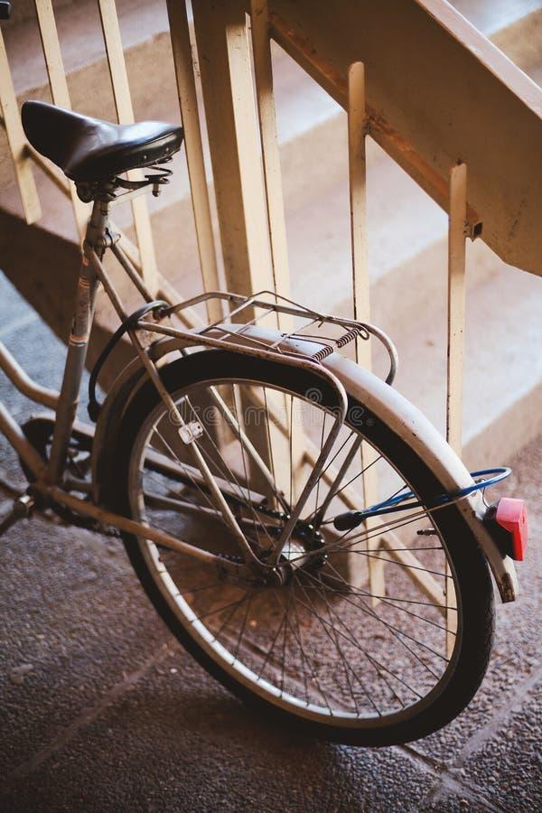 Ποδήλατο που κλειδώνεται παλαιό για να περιφράξει στοκ φωτογραφίες με δικαίωμα ελεύθερης χρήσης
