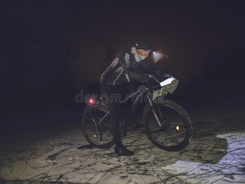 Ποδηλάτης στο ποδήλατο βουνών στη χιονώδη λίμνη στοκ φωτογραφία με δικαίωμα ελεύθερης χρήσης