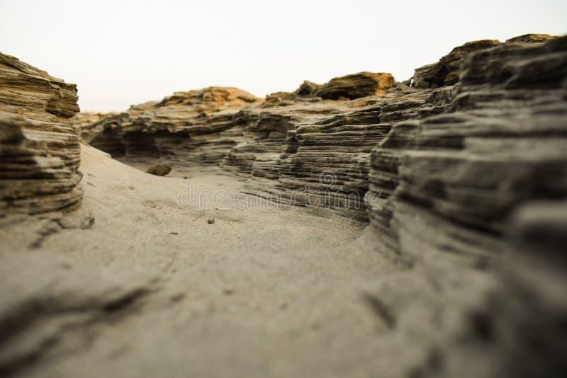 Πορεία φαραγγιών σε μια ηλιόλουστη ημέρα μέσα - μεταξύ των υψηλών βράχων στοκ εικόνα