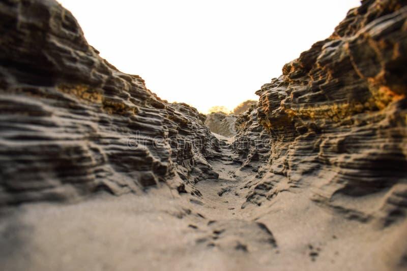 Πορεία φαραγγιών σε μια ηλιόλουστη ημέρα μέσα - μεταξύ των υψηλών βράχων στοκ εικόνες