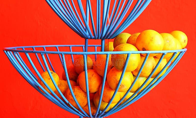 Πορτοκάλια εσπεριδοειδούς στο μπλε καλάθι καλωδίων στοκ φωτογραφία με δικαίωμα ελεύθερης χρήσης