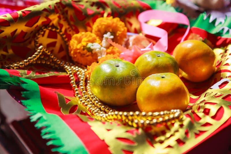 Πορτοκαλί φρούτα, Rosary, λουλούδι και σημαία προσευχής στον κινεζικό βουδιστικό ναό, υλικές προσφορές παραδοσιακού Mahayana βουδ στοκ εικόνες με δικαίωμα ελεύθερης χρήσης