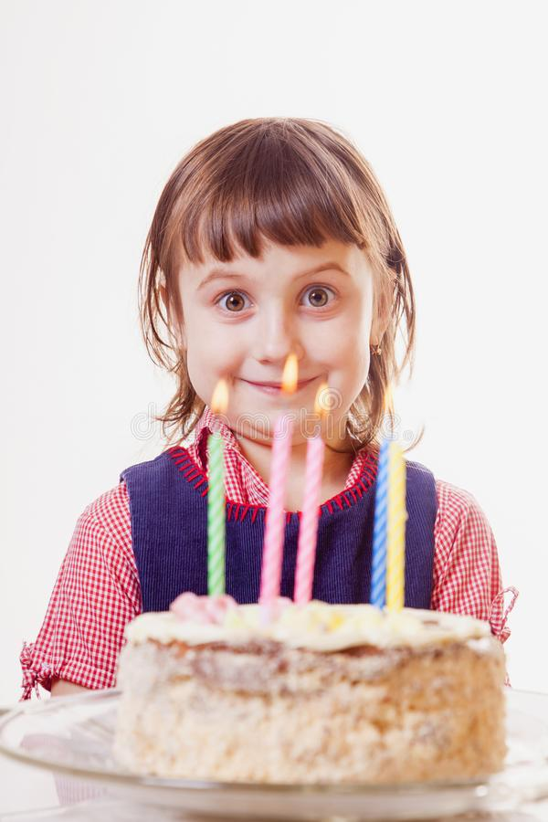 Πορτρέτο αστείου λίγο χαριτωμένο κορίτσι παιδιών με το κέικ γενεθλίων Διακοπές και ευτυχής έννοια παιδικής ηλικίας στοκ φωτογραφίες