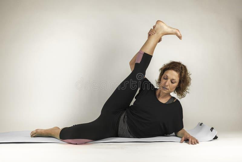 Πορτρέτο γυναικών που αναπνέει κάνοντας τις ασκήσεις γιόγκας Πρακτική ισορροπίας στοκ εικόνες