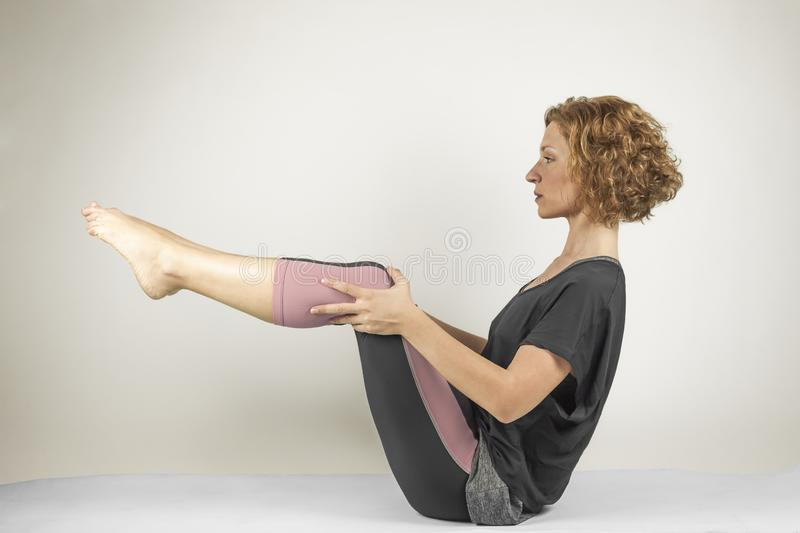 Πορτρέτο γυναικών που αναπνέει κάνοντας τις ασκήσεις γιόγκας Πρακτική ισορροπίας στοκ εικόνα
