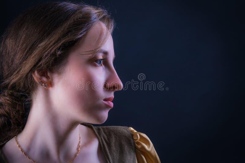 Πορτρέτο ενός ελκυστικού κοριτσιού στο σχεδιάγραμμα στοκ εικόνα